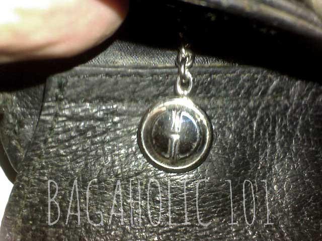 a1b587165f0 A GG medallion zipper pull on a black pigskin leather Gucci bag - Tips on  Original